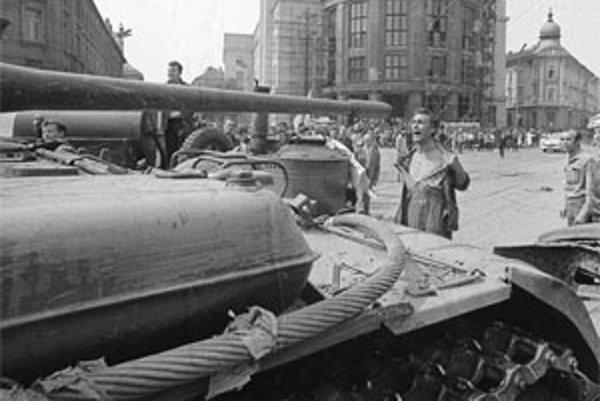 Vodoinštalatér Emil Gallo odhalil v auguste 1968 hruď ruským tankom. O tri roky spáchal samovraždu.
