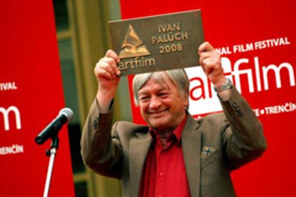 Slovenský herec Ivan Palúch si prebral na Moste slávy prestížne ocenenie Hercova misia v rámci 16. ročníka Medzinárodného filmového festivalu ARTFILM 2008 Trenčianske Teplice - Trenčín. (Trenčianske Teplice, 4. júl 2008.)