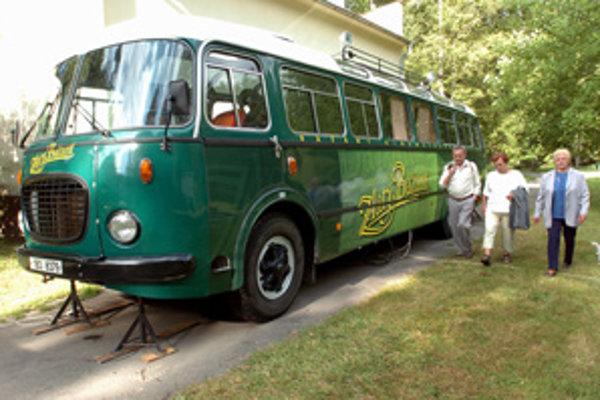 Jeden z dvojice štýlových retroautobusov známych pod názvom Bažant kinematograf.