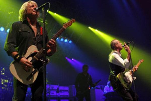 Gitaristi rockovej skupiny Status Quo Rick Parfitt (vľavo) a Francis Rossi počas bratislavského koncertu v NTC Sibamac Aréne. Bratislava, 1. júl 2008.