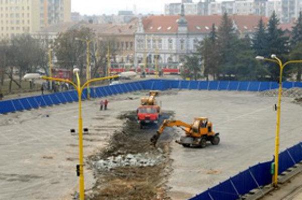 Začiatky stavebných a archeologických prác (22. februára 2008). Uzavretím parkovacích plôch na Námestí osloboditeľov v Košiciach kvôli výstavbe Auparku sa na niekoľko rokov obmedzí parkovanie v centre mesta.