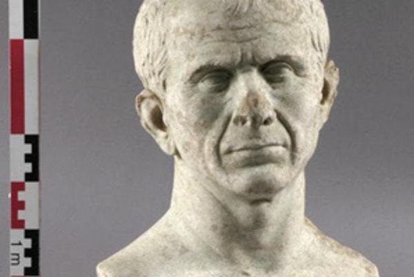 Na nedatovanej snímke francúzskeho ministerstva kultúry je busta rímskeho cisára Júliusa Caesara. Bustu, ktorej vek určili na probližne r.46 pr.n.l., objavili v minulom roku v rieke Rhône pri Arles v južnom Francúzsku.