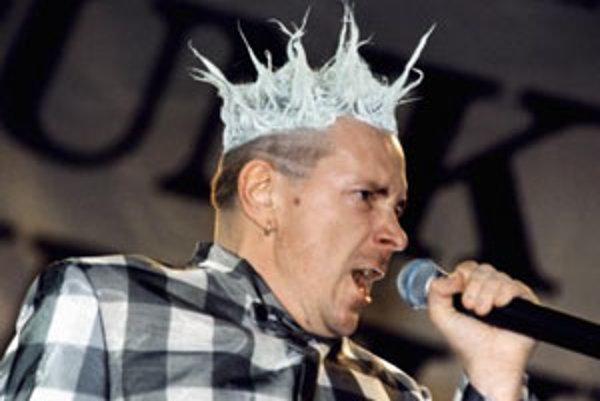 Johnny Rotten (rodným menom John Joseph Lydon), spevák, líder najslávnejšej punkrockovej skupiny Sex Pistols. Na snímke z 23.júna 1996 Rotten na koncerte obnovených Pištolí v Londýne.