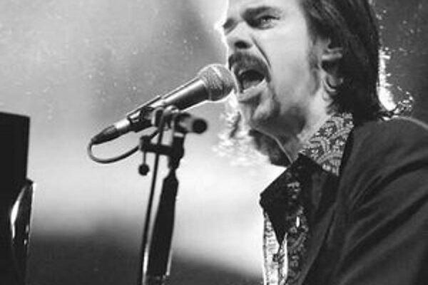 Nick Cave sa predstaví 24. mája v Prahe. Dig, Lazarus, Dig!!! je jeho trinástym radovým albumom. Austrálsky pesničkár začínal vo svojej domovine ako punker. Po presťahovaní do Londýna založil postpunkovú skupinu The Birthday Party, z ktorej sa v roku 1983