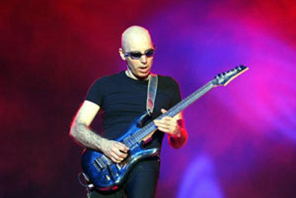 Satrianiho považujú za jedného z najlepších rockových gitaristov posledných desaťročí. V Prahe vystúpi 3. júna.