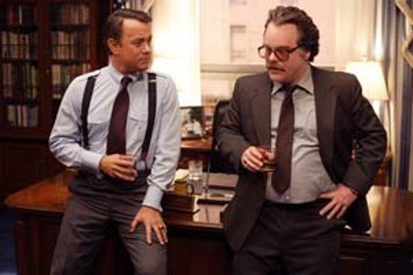 Tom Hanks (vľavo) a Philip Seymour Hoffman sú za film Súkromná vojna pána Wilsona nominovaní na Zlatý glóbus.