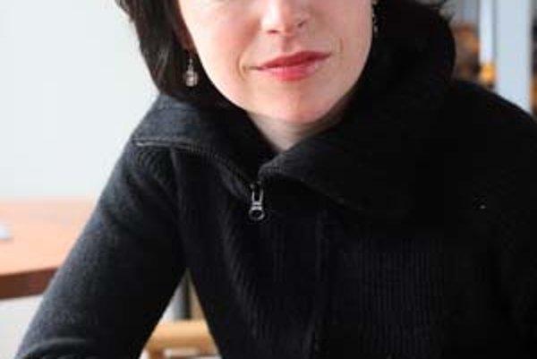 Táňa Vilhelmová sa narodila v pražskom Žižkově v roku 1978. V detstve sa venovala spevu a baletu. Študovala herectvo na konzervatóriu v Prahe, ktoré sa rozhodla opustiť v piatom ročníku. Napriek tomu získala angažmán v Dejvickom divadle. Keď mala sedemnás