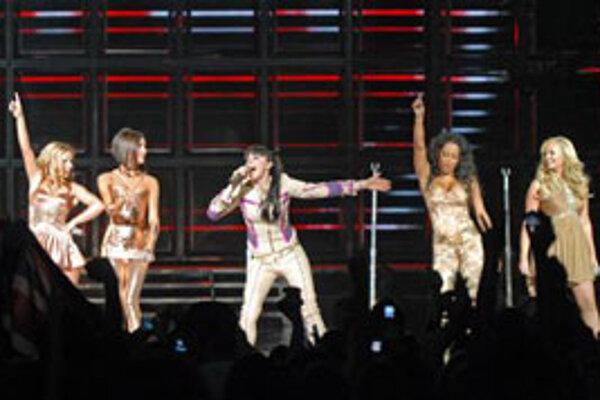 Populárna skupina Spice Girls (zľava Geri Halliwell, Victoria Beckham, Melanie Chisholm, Melanie Brown, Emma Bunton) vystúpila 2. decembra v kanadskom Vancouvri.  Skupina odštartovala spoločné turné takmer po 10. rokoch.