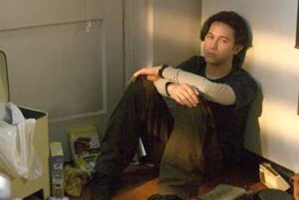 Joseph Gordon-Levitt ako mladík bez pamäti vo filme Ten, kto dáva bacha.