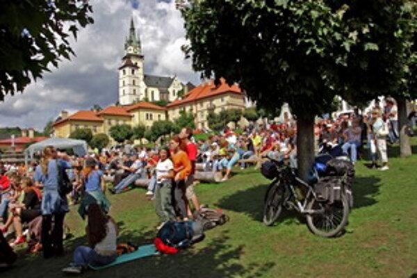 Na kremnickom námestí i na ostatných scénach je vždy veľa ľudí a pohodová atmosféra.
