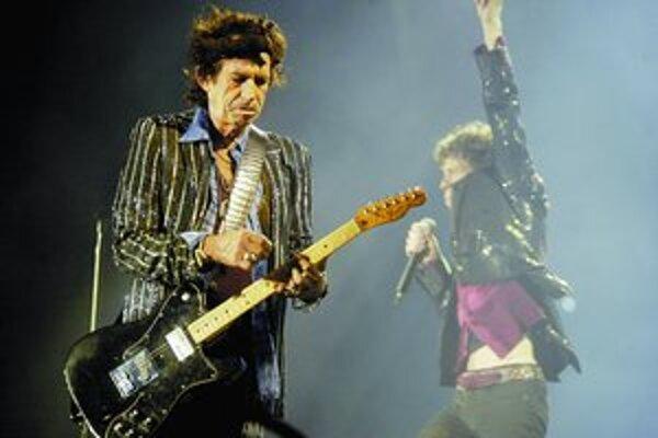 Za Keithom Richardsom pózuje Mick Jagger. Teraz sa rozhodli hrať aj tam, kde ešte po 45 rokoch kariéry neboli.