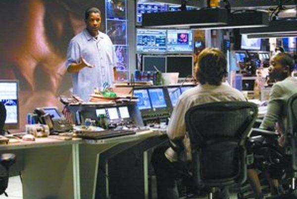 Detektív Doug Carlin (Denzel Washington) s expertmi z FBI. V pozadí priamy prenos z nedávnej minulosti.