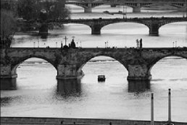 Sobotňajšie popoludnie v Prahe možno stráviť napríklad prehliadkou pražských mostov. Za 50 Kč sa možno zúčastniť vychádzky s komentárom o zaujímavostiach pražských mostov a ich okolia. Prvá časť vychádzky povedie na mosty Palackého, Jiráskov a Most legií