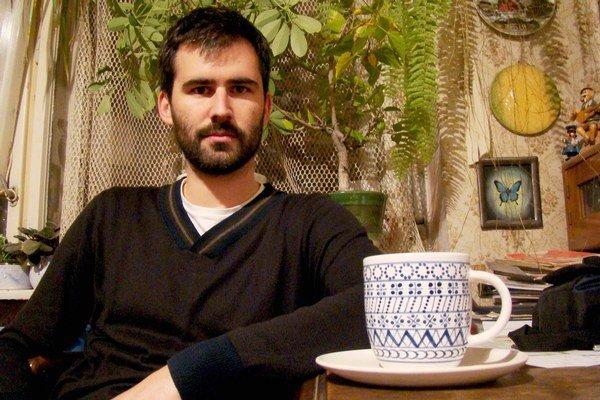 Jakub Liška spojil dizajnérstvo s úžitkovým umením. V popredí je ručne točená a maľovaná majoliková šálka so vzorom modranska.