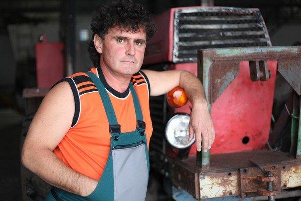 Adolf Achberger hrá v televíznom seriáli Tóna, ktorý je miestny futbalový tréner a odborník na všetko, čo má motor.
