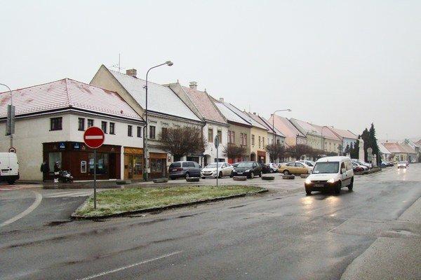 Súčasťou rekonštrukcie námestia Ľudovíta Štúra v Modre je aj riešenie osvetlenia, návrh mobiliáru a zelene.
