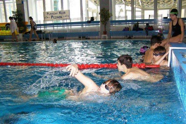 V pezinskej plavárni sa cez víkend uskutoční deviaty ročník 24-hodinovej plaveckej štafety.