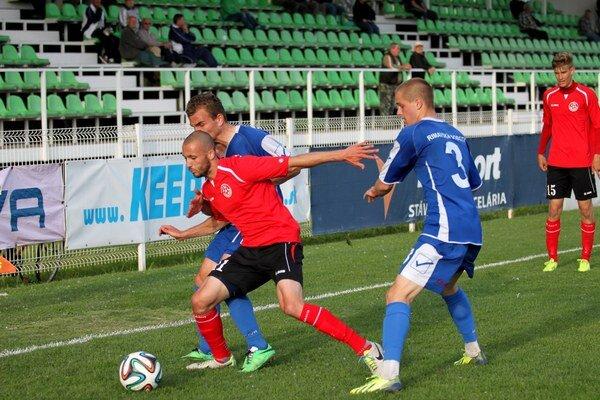 Víťazný gól Senca zaznamenal Gabriel Bezák (pri lopte v červenom)
