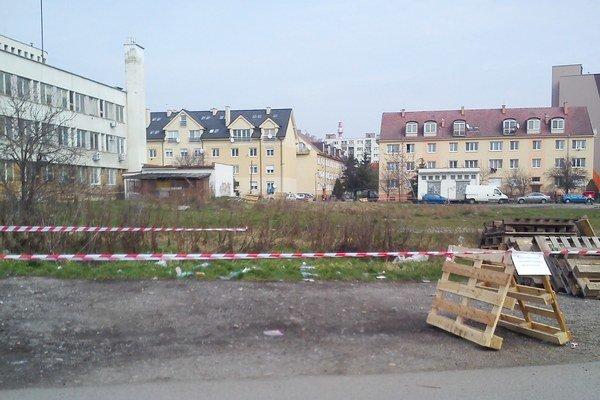 Pozemok v centre mesta si jeho majiteľ vyhradil páskou.