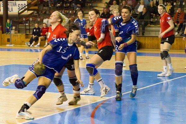 Aktuálne najlepšia strelkyňa slovensko-českej hádzanárskej súťaže žien Dominika Kodajová (s loptou).