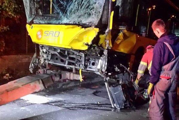 Rozbitý autobus odťahová služba z cesty odpratala až vo večerných hodinách.