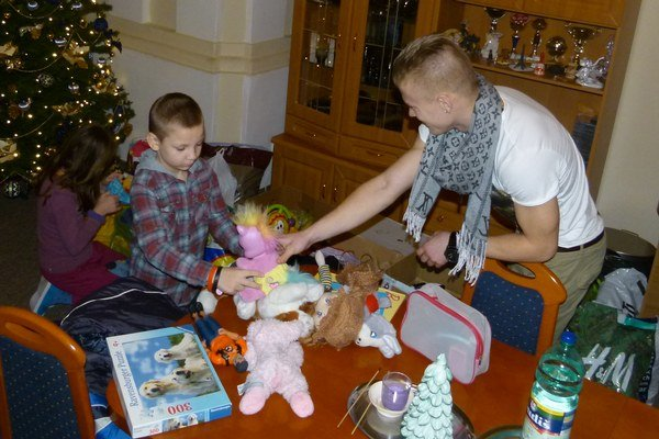 Futsalisti spríjemnili Vianoce deťom v detskom domove.