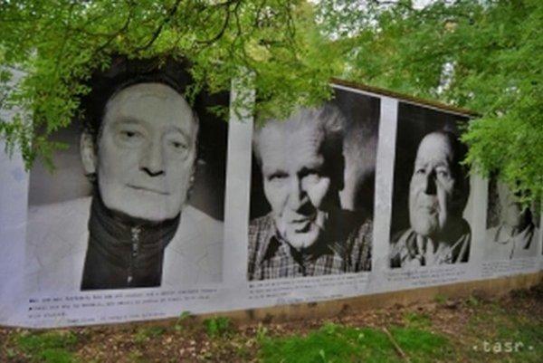 Známe veľkoformátové portréty partizánov z projektu fotografa Šymona Klimana Oni My nainštalovala Galéria Jána Koniarka v Trnave na múr Kopplovej vily, kde sídli. Je to jej príspevok k pripomienke 70. výročia vypuknutia Slovenského národného povstania. V