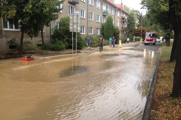 Časť Študentskej ulice je pod vodou.
