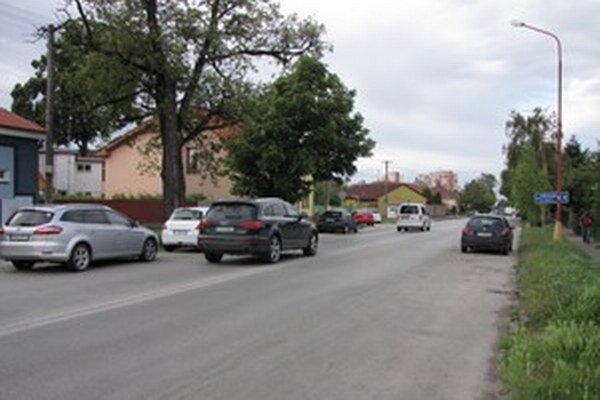 Bratislavská. Autá parkujú po oboch stranách komunikácie.