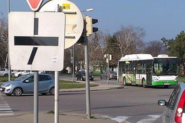 Semafor na križovatke nevidno pre dopravné značky.