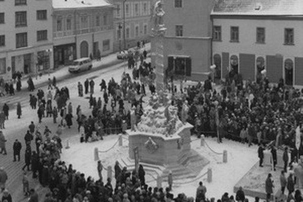 November 1993. Na Trojičné námestie v Trnave sa vrátilo súsošie.