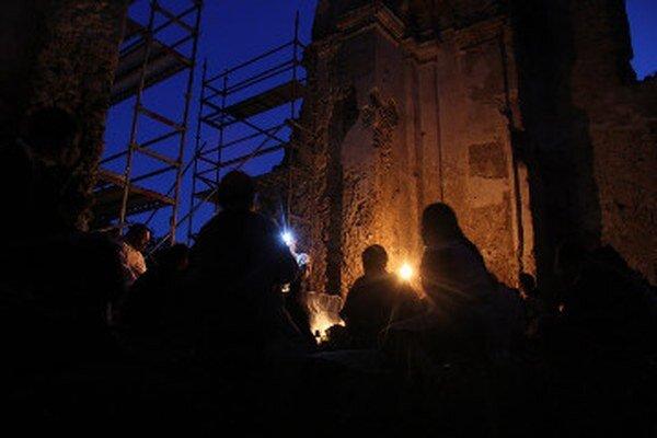 Ruiny Katarínky ožili svetlom petrolejok a klasickou hudbou.