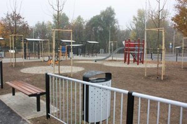 Ľavostranné odpočívadlo Červeník po modernizácii. Jeho súčasťou je aj oddychová zóna či detské ihrisko.