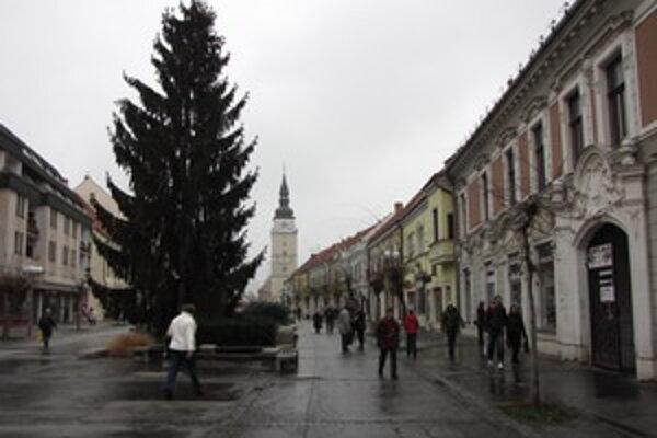 Vianočný strom na pešej zóne.