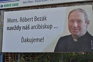 Odvolaný arcibiskup Róbert Bezák sa do Trnavy vrátil prostredníctvom bilbordov.