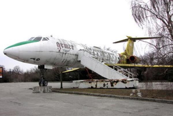 Lietadlo ruskej výroby už roky chátra na parkovisku pri letisku v Piešťanoch.