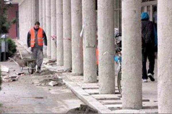 S priebehom a kvalitou rekonštrukčných prác na Kolonáde mesto spokojné nie je.