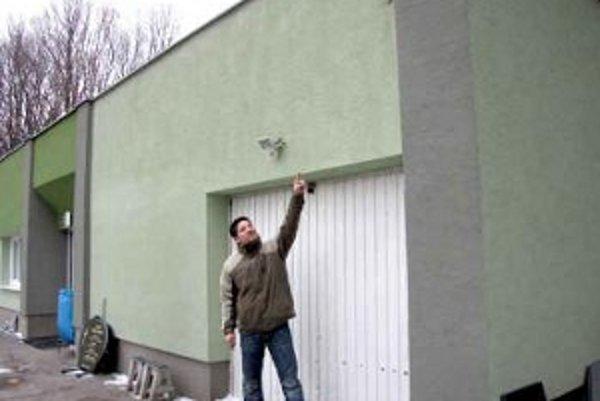 Zamestnanec správy ukazuje miesto, odkiaľ zmizla jedna z kamier.