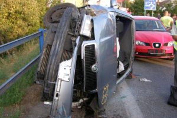 Auto skončilo prevrátené na boku, vodička utrpela ľahšie zranenia.