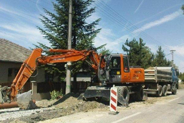 Opravený úsek kanalizácie chcú odovzdať do užívania do konca septembra.