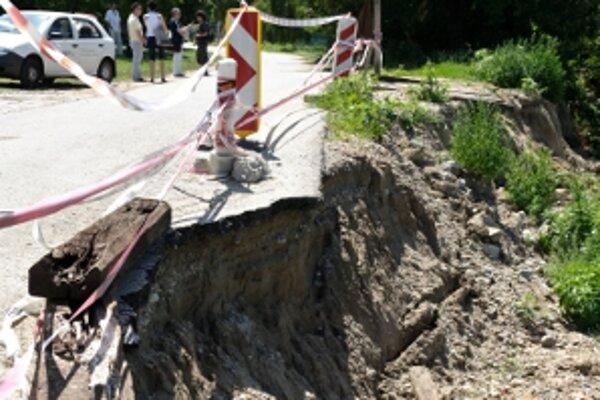 V pondelok pomôže obci Vinohrady nad Váhom 60 vojakov. Pre vytrvalý dážď tu hrozí zosuv pôdy.