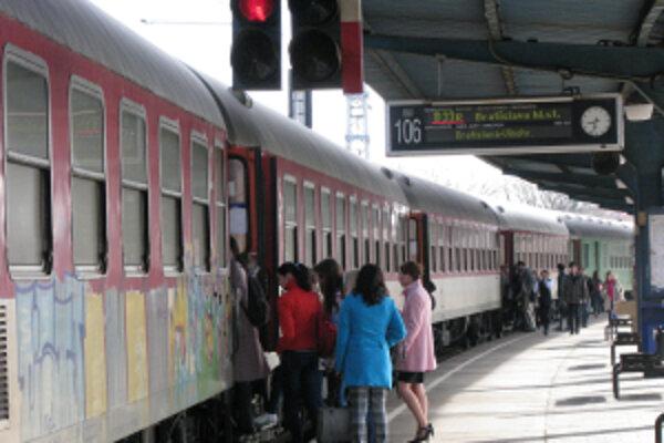 Vlaky do Bratislavy sa ráno rýchlo napĺňajú.