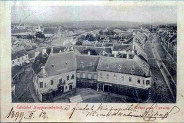 Pohľadnica z roku 1899 so záberom na pôvodnú zástavbu na mieste súčasného domu kultúry.