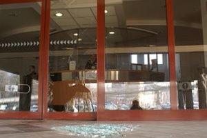 Presklené dvere na fotobunku rozkopal klient priestupkového oddelenia na obvodnom úrade.