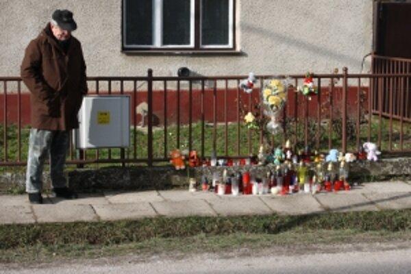 Na mieste tragédie horí množstvo sviečok. Celá dedina je stále v šoku.