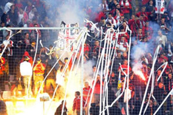 Začiatok zápasu pripomínal futbalové prostredie v Latinskej Amerike.