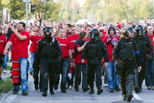 Trnavskí fanúšikovia prichádzajú na zápas.