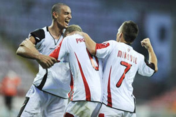 Hráči FC Spartak Trnava sa tešia z gólu počas prvého kola futbalovej Corgoň ligy medzi FC Spartak Trnava - FK Senica.