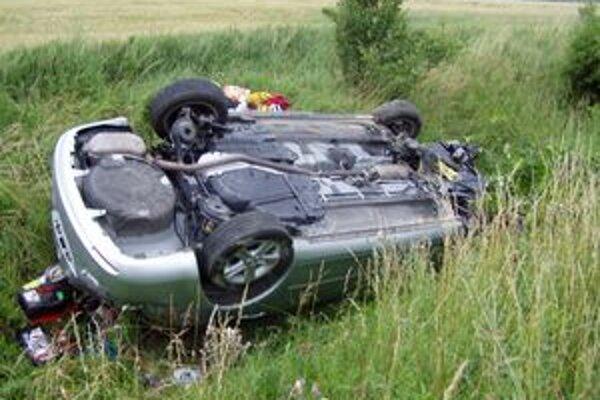 V priekope skončilo auto s talianskou ŠPZ.