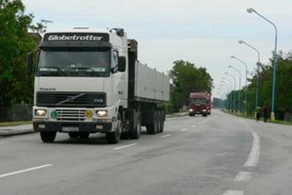 Cez Madunice prechádzajú denne stovky kamiónov.